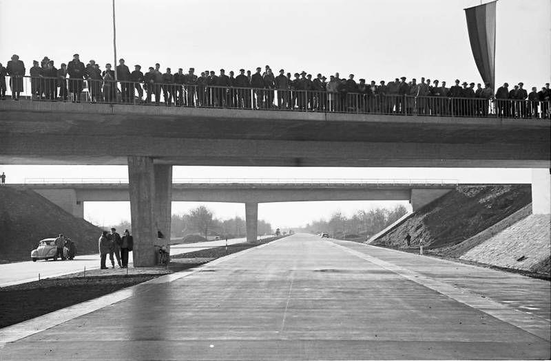 Eröffnung der Autobahnstrecke Neuenburg - Märkt; Brücke mit Publikum. Foto: Willy Pragher, 19. Dezember 1959. Quelle: [https://www2.landesarchiv-bw.de/ofs21/olf/struktur.php?bestand=60581&sprungId=2751194&letztesLimit=suchen Landesarchiv Baden-Württemberg, Abt. Staatsarchiv Freiburg, W 134 Nr. 055411] / [https://www.deutsche-digitale-bibliothek.de/item/6JROGL2OCAJBA3GNNG6UTXGVNHITZPEV Deutsche Digitale Bibliothek], Lizenz: [https://creativecommons.org/licenses/by/3.0/de/ CC BY 3.0 DE]