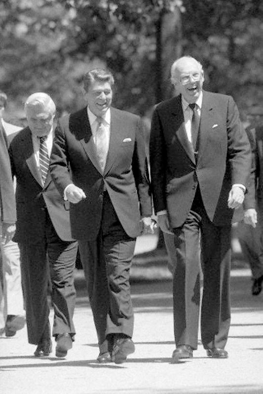 """US-Präsident Ronald Reagan mit seinem Director of Central Intelligence, William J. Casey, am 1. Mai 1984. Die """"DCI's"""" gelten für den Zeitraum von 1946 bis 2004 durchgängig als wichtigste außenpolitische Berater des jeweiligen US-Präsidenten (2004 wurde das Amt des DCI durch das des Director of National Intelligence, DNI, ersetzt). Casey zählt darüber hinaus zu jenen Intelligence-Chiefs, die aktiv Einfluss auf die US-Außenpolitik nahmen. So wird sein Name mit der Bewaffnung der Mudschaheddin durch die CIA im sowjetischen Afghanistankrieg ebenso in Verbindung gebracht wie mit der Unterstützung der Contras, einer rechtsgerichteten Rebellenorganisation in Nicaragua der 1980er-Jahre. Zudem lehnte Casey die gerade erst etablierte, erweiterte parlamentarische Kontrolle der US-Geheimdienste ab und verweigerte den jeweiligen Ausschüssen des Senats und des Kongresses die Kooperation. Foto/Urheber: Levan Ramishvili, Quelle: [https://www.flickr.com/photos/levanrami/15013487576/in/album-72157627135259253/ Flickr], public domain"""