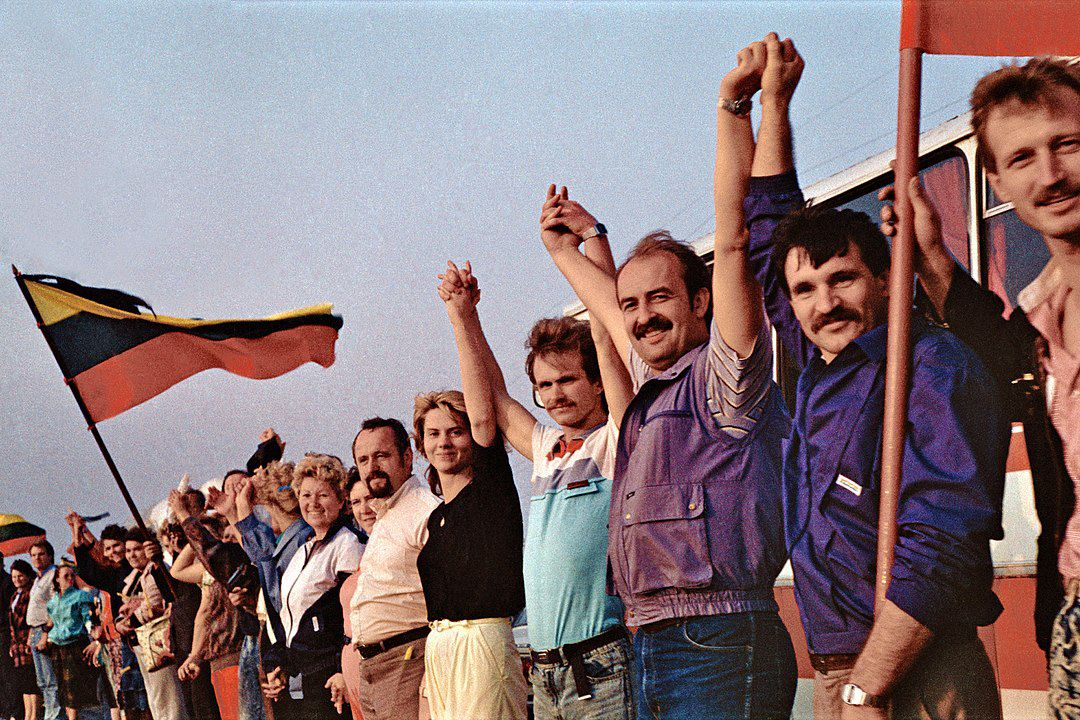 """Menschenkette """"Baltischer Weg"""". Mit einer Menschenkette durch die damaligen Sowjetrepubliken Estland, Lettland und Litauen demonstrierten 1989 Hunderttausende für ihre Unabhängigkeit. Damit erinnerten sie an den Hitler-Stalin-Pakt, in dessen Folge die drei Staaten 50 Jahre zuvor von der Sowjetunion annektiert worden waren. Fotograf: Kusurija, 23. August 1989. Quelle: [https://commons.wikimedia.org/wiki/File:Baltsk%C3%BD%C5%98et%C4%9Bz.jpg#/media/File:Baltsk%C3%BD%C5%98et%C4%9Bz.jpg Wikimedia Commons], Lizenz: [https://creativecommons.org/licenses/by-sa/3.0/ CC BY-SA 3.0]"""