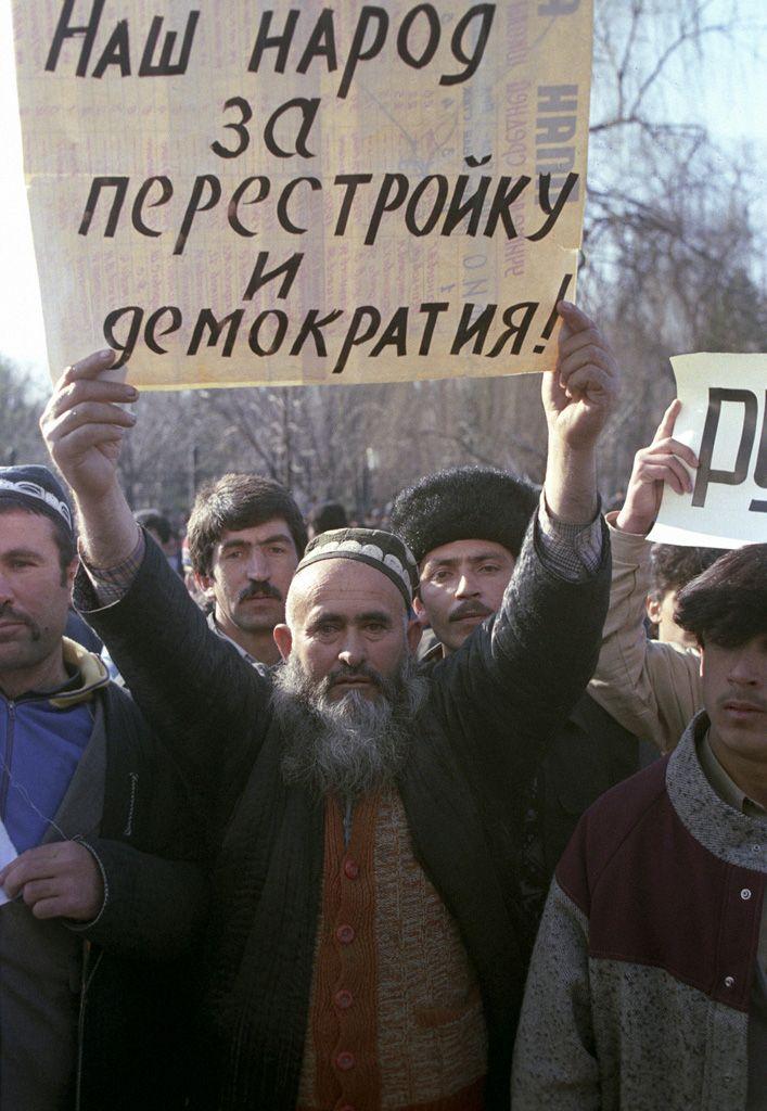 Teilnehmer einer Kundgebung zur Unterstützung von Demokratie und Perestroika in Duschanbe, Tadschikistan im Februar 1990. Fotograf: Vladimir Fedorenko, 16. Februar 1990. Quelle: RIA Novosti Archiv, Bild-Nr. 699860 / [https://commons.wikimedia.org/wiki/File:RIAN_archive_699860_Massive_riots_in_Dushanbe_in_February_1990.jpg Wikimedia Commons], Lizenz: [https://creativecommons.org/licenses/by-sa/3.0/deed.en CC-BY-SA 3.0]