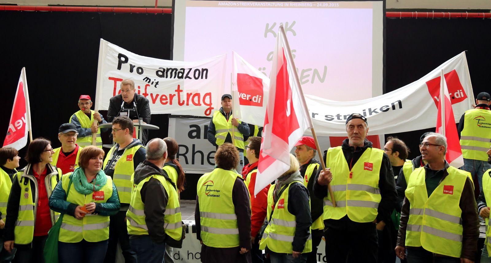 In neuen Branchen und Dienstleistungssektoren, die meist keine betrieblichen Mitbestimmungsstrukturen haben, versuchen die Gewerkschaften, die Beschäftigten zu organisieren.<br /> Bild: Streik bei Amazon in Rheinberg 2015 zur Durchsetzung eines Tarifvertrags, 24.09.2015, Foto: Niels Holger Schmidt, Quelle: [https://www.flickr.com/photos/dielinke_nrw/21669180392/ Flickr], Lizenz: [https://creativecommons.org/licenses/by-sa/2.0/ CC BY-SA 2.0]