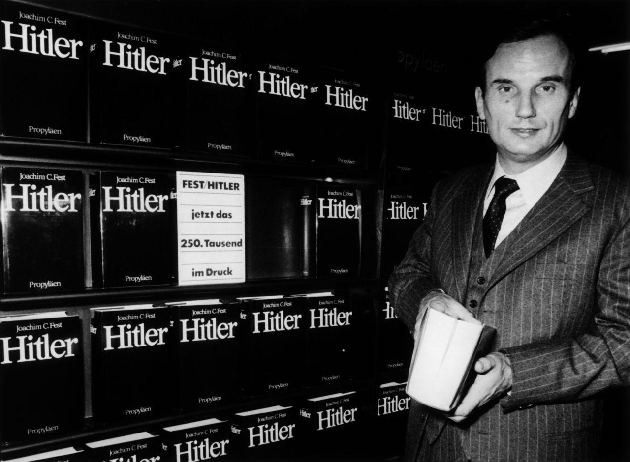 Joachim C. Fest präsentiert seine Hitler-Biographie auf der Frankfurter Buchmesse 1973. (picture-alliance/akg-images)