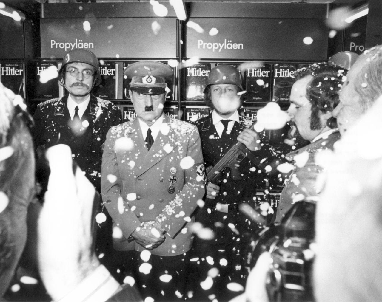 Der »Führer« besucht »seinen« Buchmesse-Stand: Im Auftrag von »Pardon« persifliert der Schauspieler Billy Frick die »Hitler-Nostalgie«. Vor und nach dieser Aktion spielte Frick die Hitler-Rolle mehrfach in Kinofilmen. (picture-alliance/dpa/Helmut Heuse)
