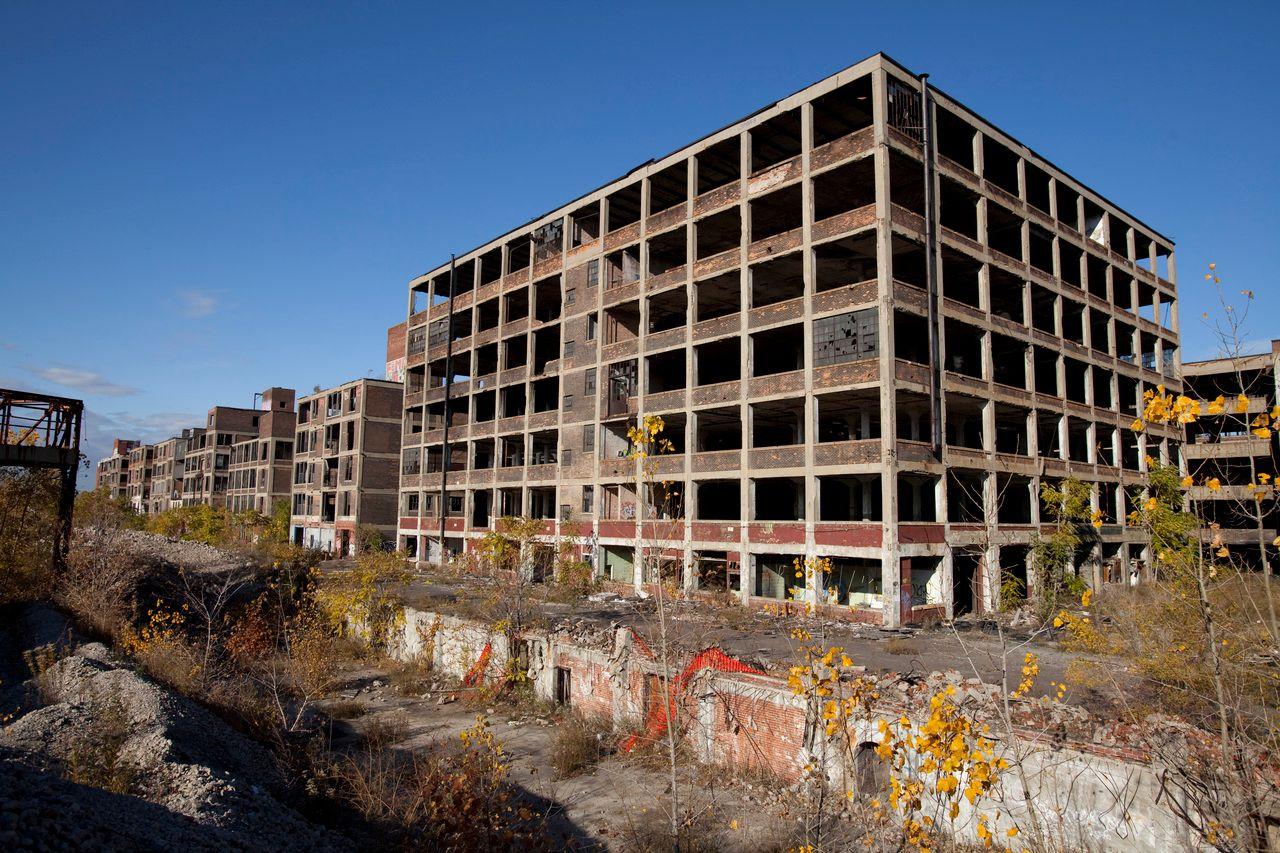 Packard Plant in Detroit: In dieser 1903 eröffneten Fabrik, die sich über 325.000 Quadratmeter erstreckte, wurden bis 1958 Luxusautos gebaut. Später nutzten diverse andere Unternehmen das riesige Gelände. 2010 verließ die letzte Firma das Areal, das zu den ikonischen Orten des Verfalls im postindustriellen Detroit gehört. (Wikimedia Commons, Albert duce, Abandoned Packard Automobile Factory Detroit 200, CC BY-SA 3.0; Foto von 2009)