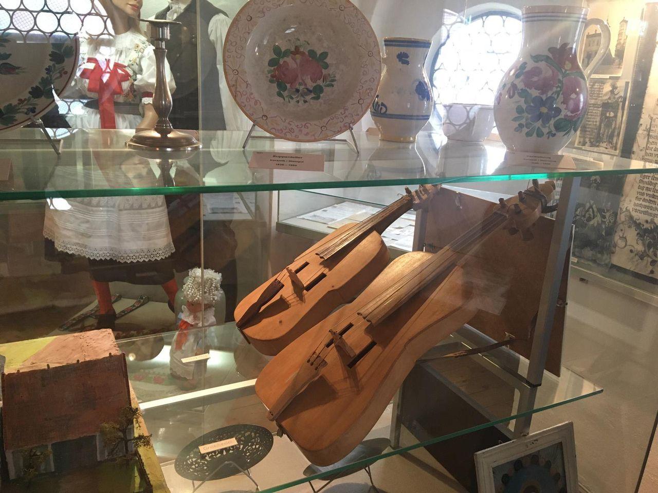 Die böhmische Bauernfidel in der Vitrine der Iglauer Heimatstube in Heidenheim steht für die heimatliche Volksmusik, für traditionelle Feiern und Feste. (Foto: Michal Urban, 2020)