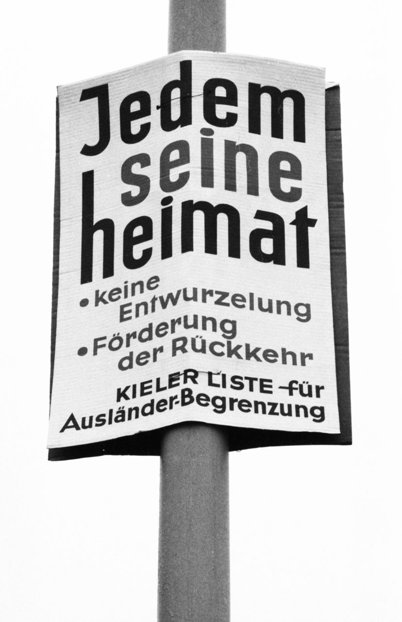 Das Wahlplakat der »Kieler Liste für Ausländer-Begrenzung« vom Februar 1982 nahm das von den Vertriebenenverbänden eingeforderte »Recht auf Heimat« als Argument gegen Zuwanderung in die Bundesrepublik. Damit wurde »Heimat« zu einer Ausgrenzungskategorie der vermeintlichen Mehrheitsgesellschaft gegen »Fremde«. (picture-alliance/Klaus Rose)