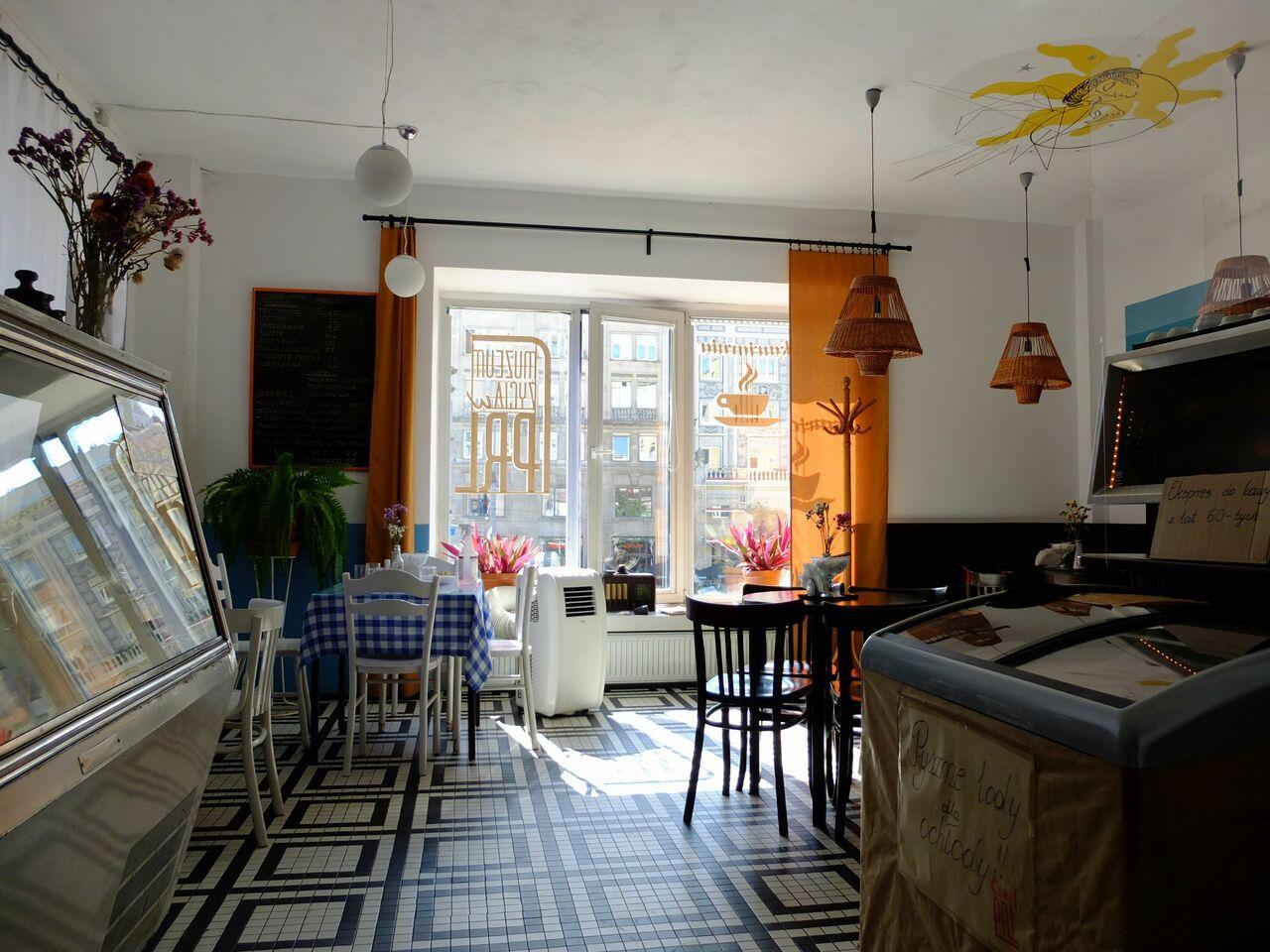 Das Warschauer Museumscafé ist mit originalen Einrichtungsgegenständen der sozialistischen Zeit möbliert. (Foto: Sabine Stach)