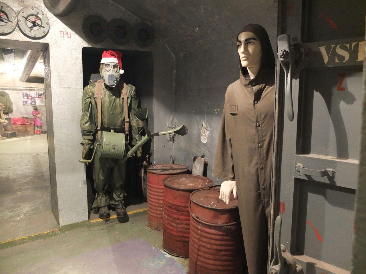 Arrangement mit Schaufensterpuppen in der Nuclear Bunker Exposition in Prag-Žižkov (Bezovka-Bunker) (Foto: Sabine Stach)
