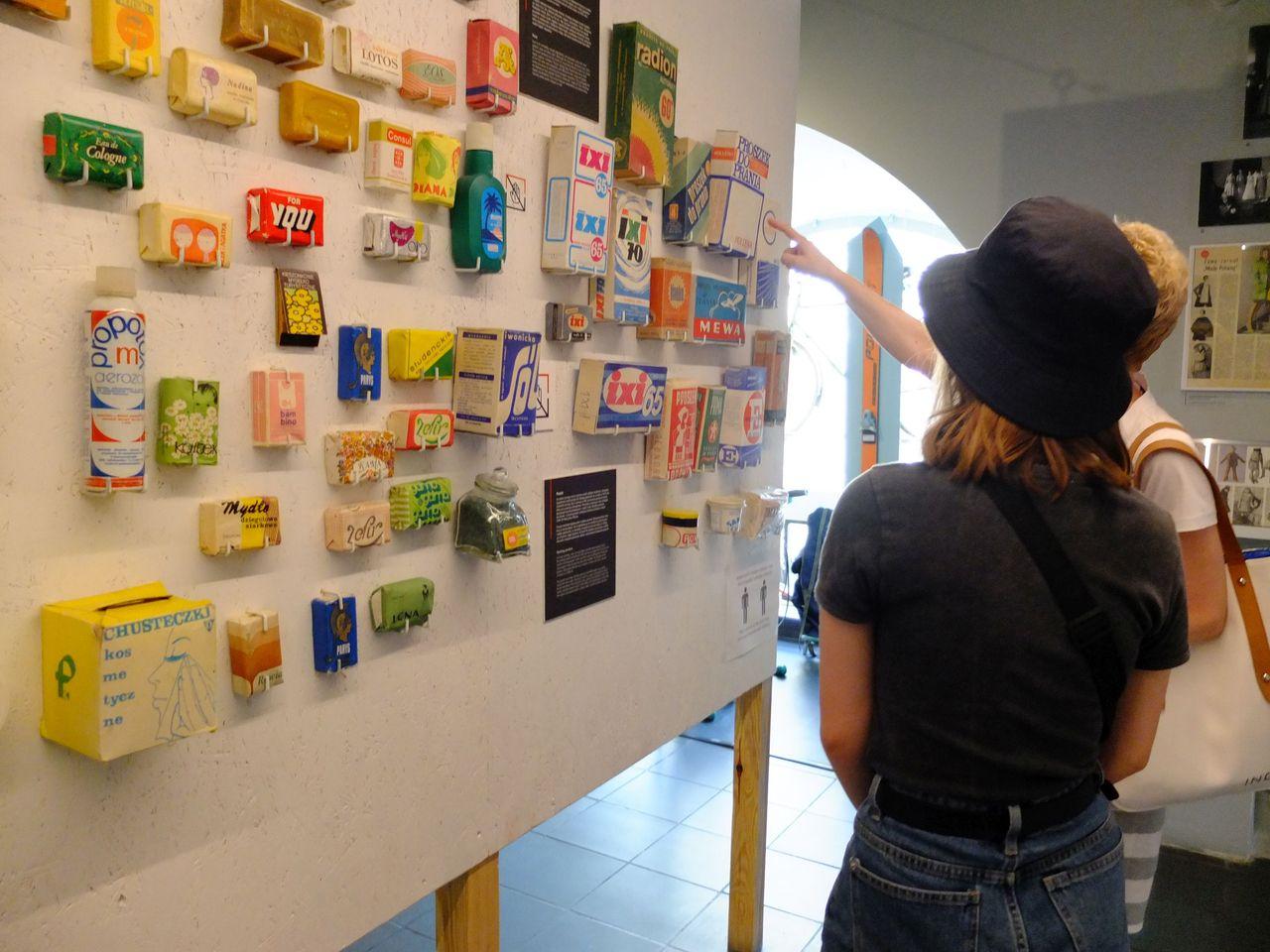 Interaktion in und mit der Ausstellung: Mutter und Tochter im Warschauer Museum des Lebens in der Volksrepublik (Foto: Sabine Stach)