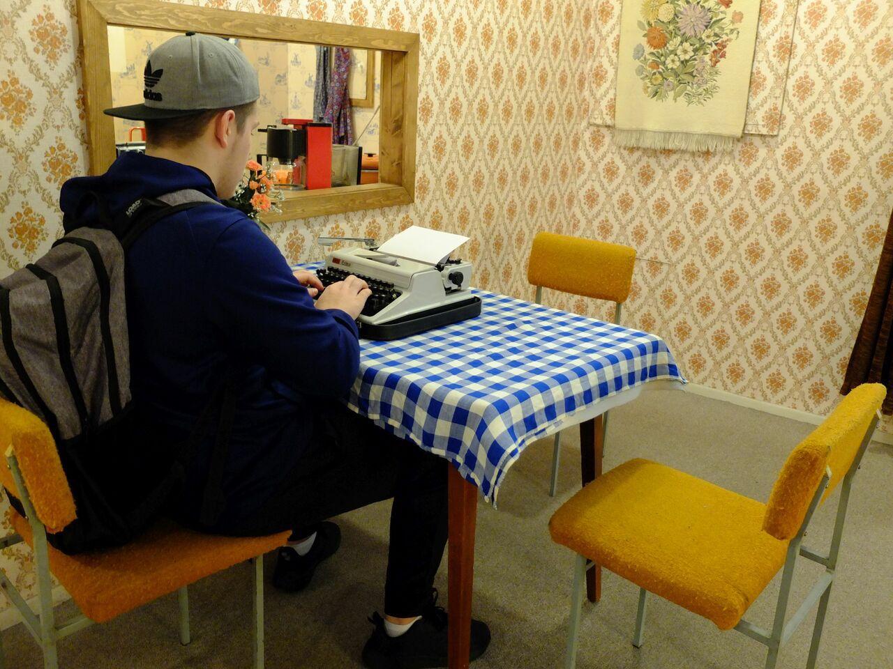 Ein Besucher des Berliner DDR-Museums übt sich an der Schreibmaschine. (Foto: Sabine Stach)