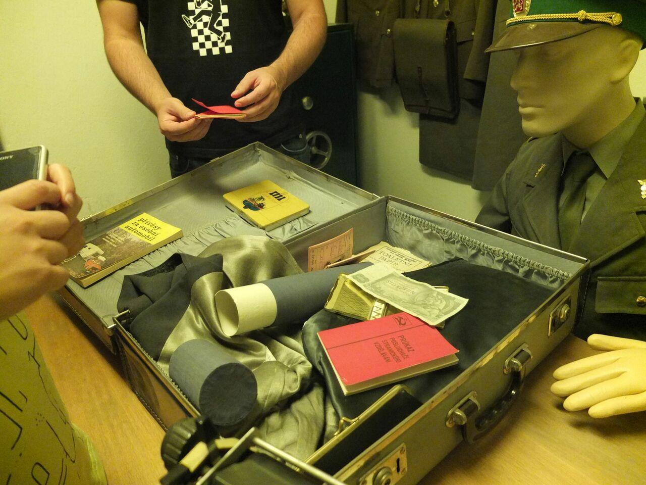 Nachgestellte Grenzkontrolle im Bunker des Hotels Jalta am Prager Wenzelsplatz (Foto: Sabine Stach)