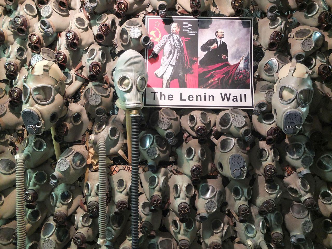 Wandgestaltung aus Gasmasken im Prager Bezovka-Bunker (Foto: Sabine Stach)