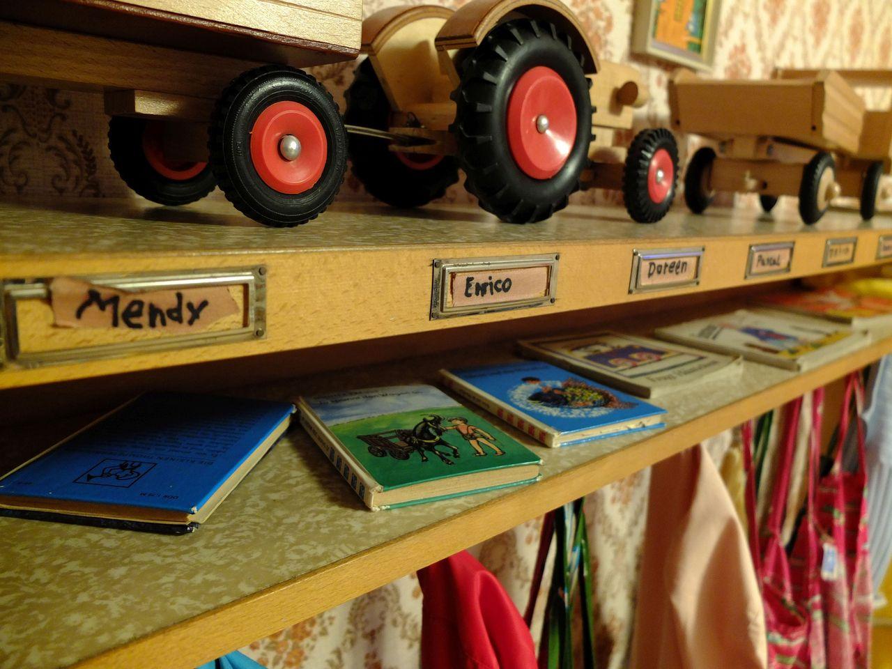 In der Kindergarten-Sektion des Berliner DDR-Museums fungieren nicht nur die Spielsachen als Erinnerungstrigger, sondern auch die Schilder am Garderobenregal mit »typischen« DDR-Vornamen. (Foto: Sabine Stach)