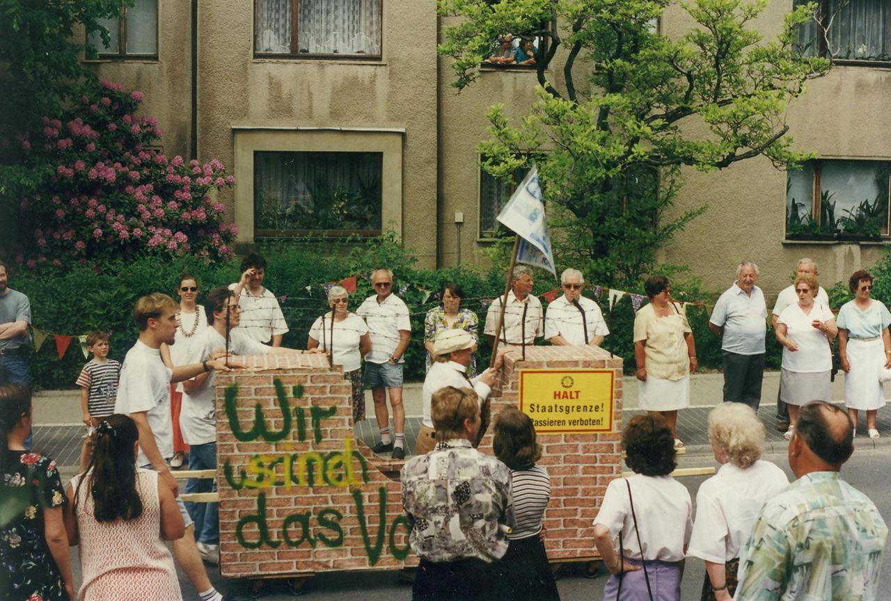 Die Neukircher tragen die symbolischen Reste der Mauer durch das Dorf, Juni 1997. (Foto Müller, Heimatmuseum Neukirch)