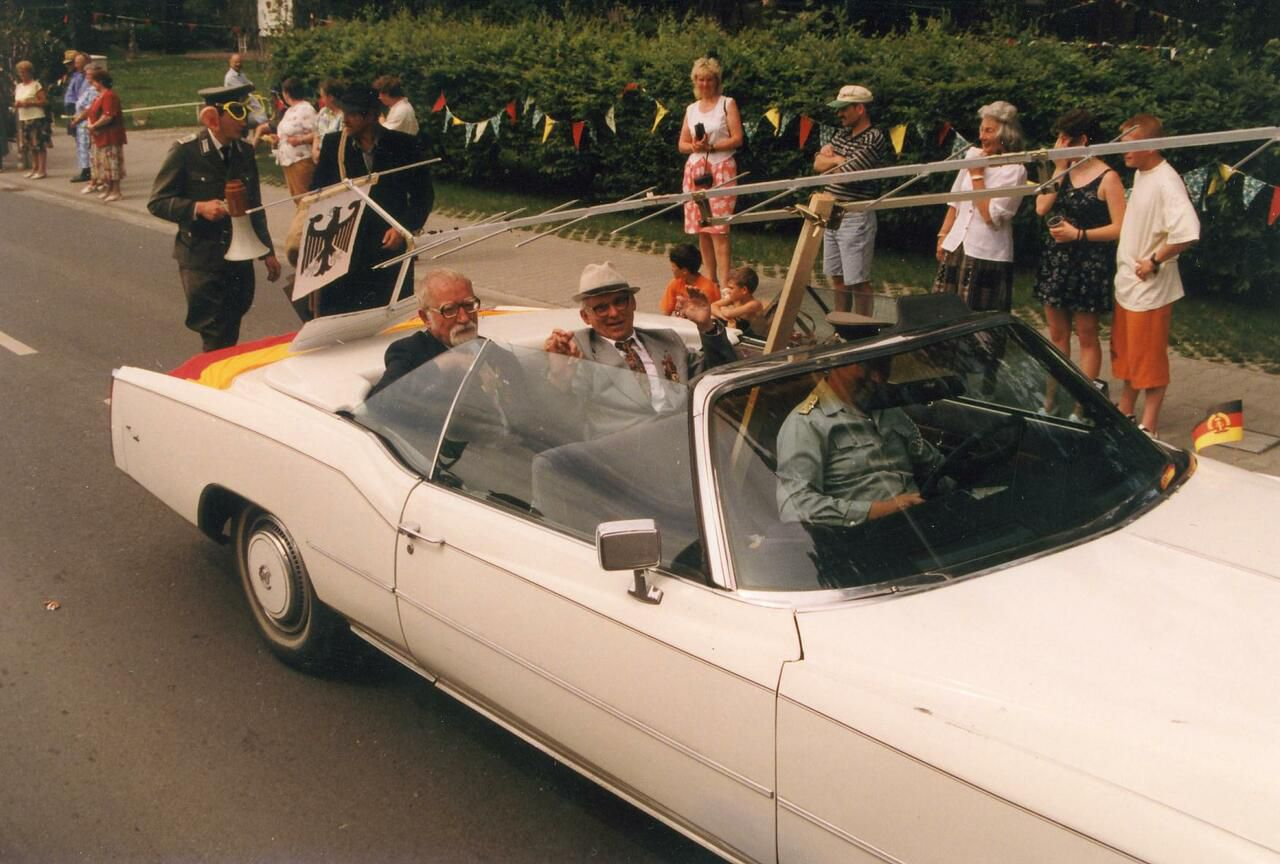 Auch Doppelgänger Karl-Eduard von Schnitzlers und Erich Honeckers nehmen am Festumzug teil – begleitet vom »VEB Horch und Guck«, Juni 1997. (Foto Müller, Heimatmuseum Neukirch)