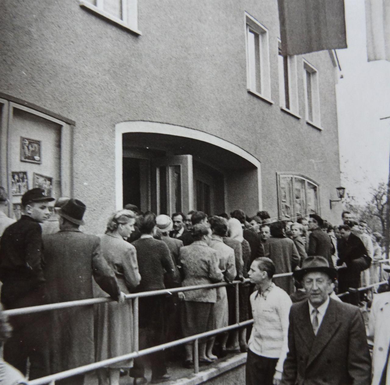 Das Neukircher Kino am Tag seiner feierlichen Wiedereröffnung 1957 (Fotograf*in unbekannt, Heimatmuseum Neukirch)