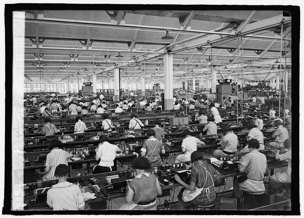 Herrschaft wie zum Beispiel Wirtschaftsbetriebe lassen sich als soziale Regelsysteme analysieren. Nach Max Weber basiert die Wirkungsweise auf der Anerkennung der Herrschaft und den damit sozial definierten Gehorsamspflichten und Befehlsrechten.<br /> Bild: Arbeiterinnen in einer Fabrik in Philadelphia, Pennsylvania, 1925. Fotograf: unbekannt (Glasnegativ). Quelle: [https://www.loc.gov/item/2016850637/ Library of Congress] public domain
